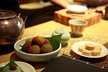 在茶室里面喝茶吃荔枝图片