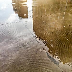 路面的水洼与倒影图片