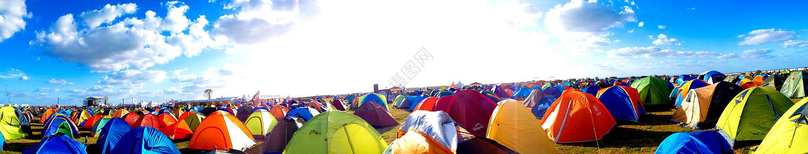 户外草地上的帐篷图片