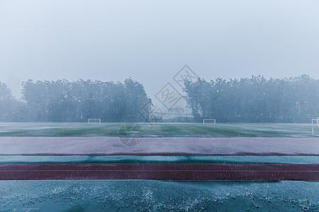 校园操场暴雨天气素材图片
