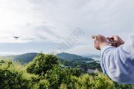 美丽山脉女孩操作无人机图片