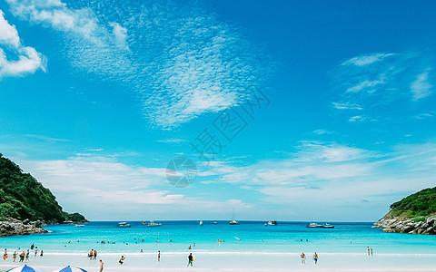 蓝天白云沙滩度假图片