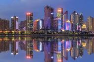 海滨城市建筑夜景图片