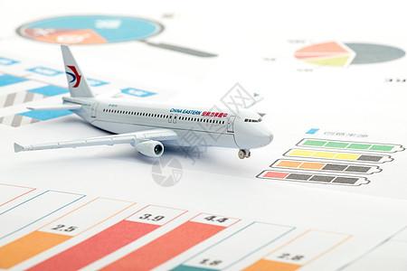 放在数据报表上的飞机模型图片