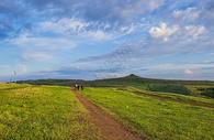 蓝天白云下草原上牧马老人图片