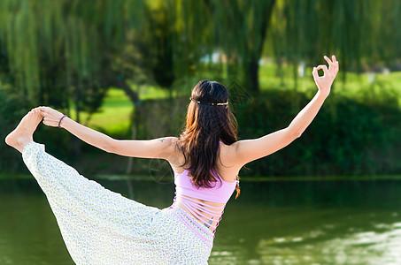 户外公园里的瑜伽图片