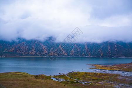 青海湖雾气袅袅图片