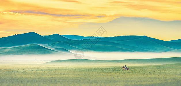 晨雾奔马图片