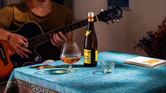 夏日休闲品酒品书音乐时光图片