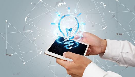 智能科技时代商务男士展示平板电脑图片