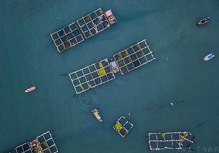 青岛市黄岛区顾家岛水面上 的渔船图片