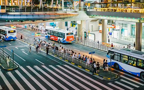 公交车站排队等车图片