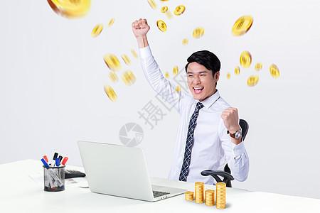 商务人士电脑前开心金钱从天而降图片