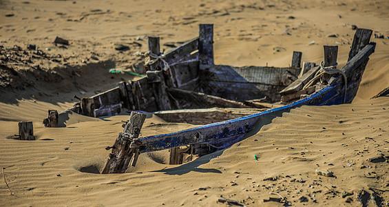 沙滩旁废弃的船只图片