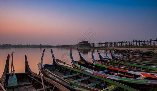 日出水上渔船图片