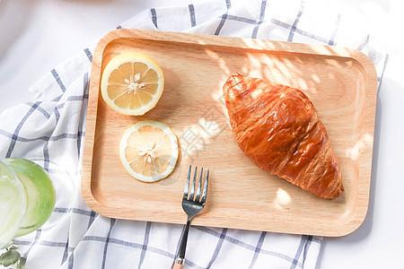 夏日阳光下日式简约托盘牛角包柠檬图片