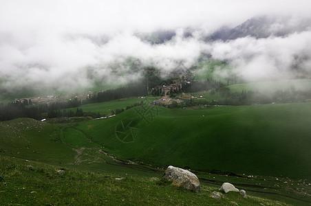 新疆特克斯云雾草原山坡图片