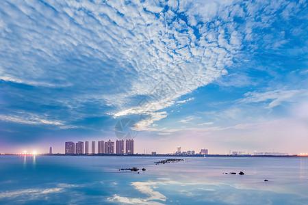清新蓝天白云下的天空之城图片