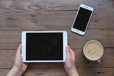 手拿ipad玩游戏 咖啡手机素材图片