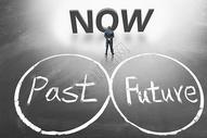 一个人看着过去和未来图片