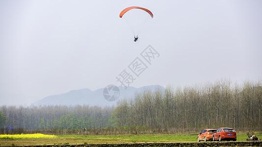 汽车与滑翔伞图片