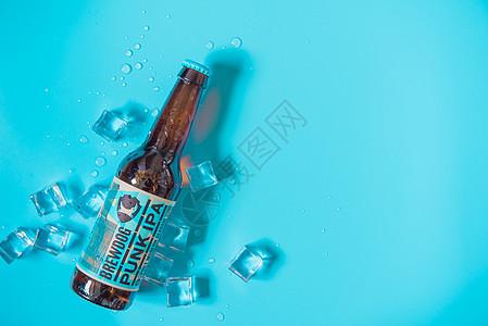 夏日清新蓝色背景啤酒图片