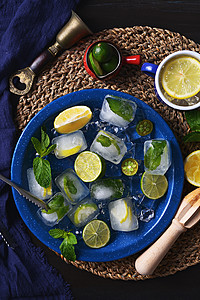 夏日深色冰块柠檬图片
