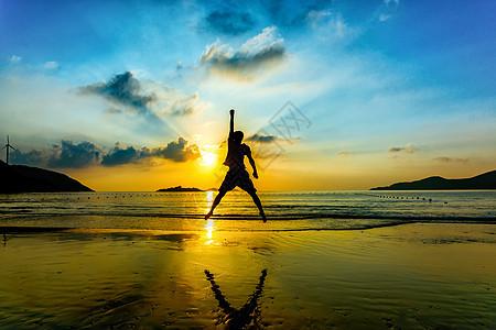 海边跳跃的人图片