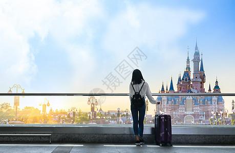 女孩拉着旅行箱去旅游图片