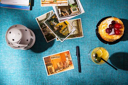 俯瞰桌面的灯饮料甜点明信片笔图片