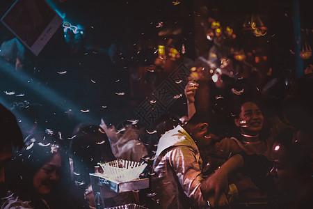 酒吧里狂欢的年轻人图片