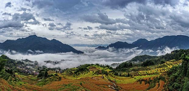 云层翻滚的云和梯田图片