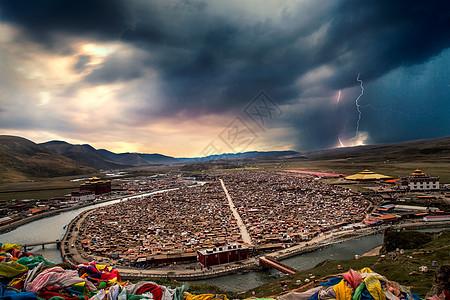 色达亚青寺日落和闪电图片