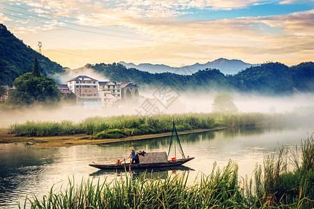 清晨渔船晨烟图片