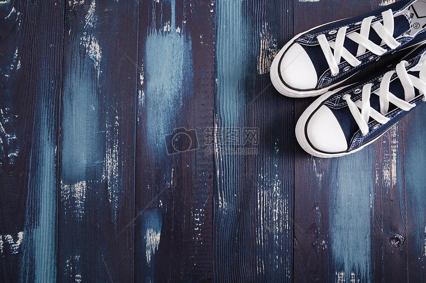 旅游准备鞋子留白木板图片