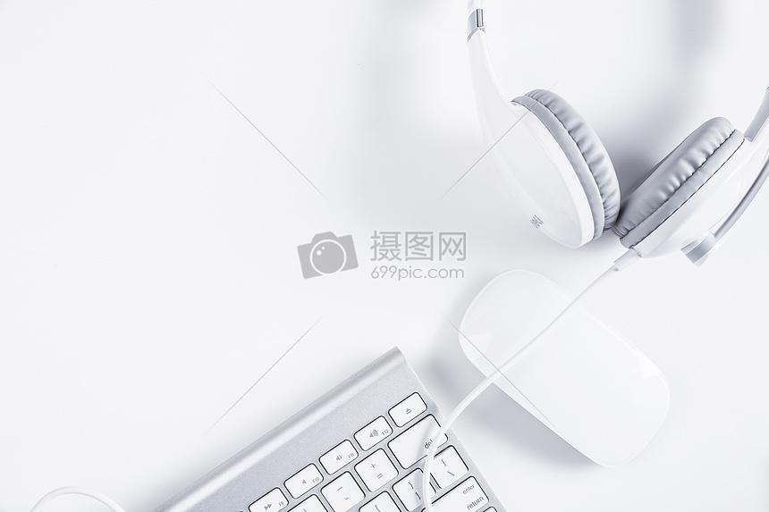 简单耳机鼠标键盘办公桌面图片