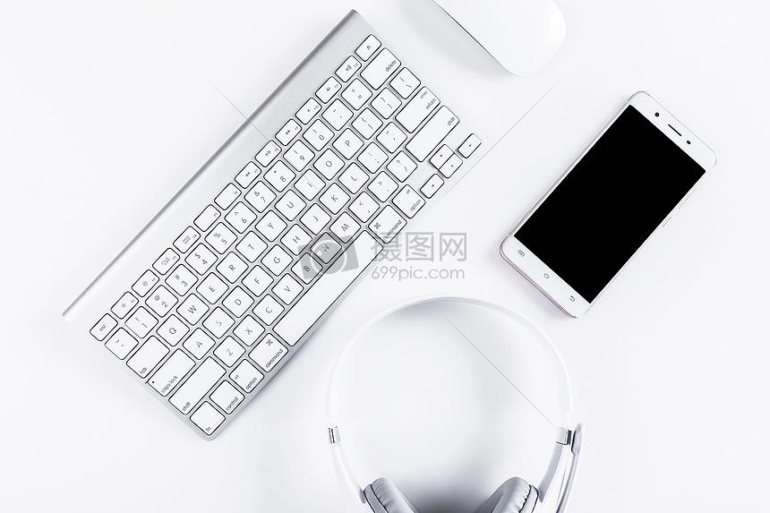 办公耳机键盘手机桌面图片