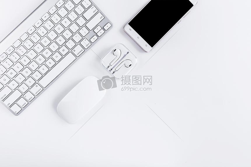 干净商务键盘耳机办公桌面图片