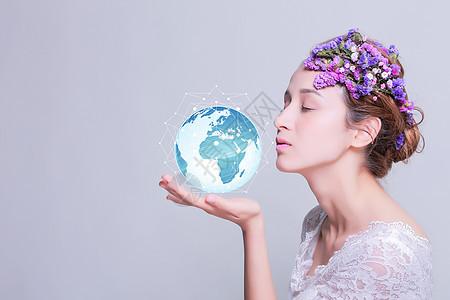 美女手捧地球图片