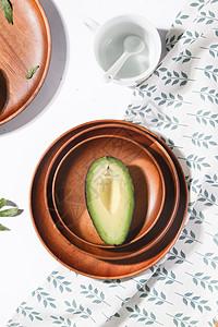 简洁日式木质托盘上的面包和牛油果图片