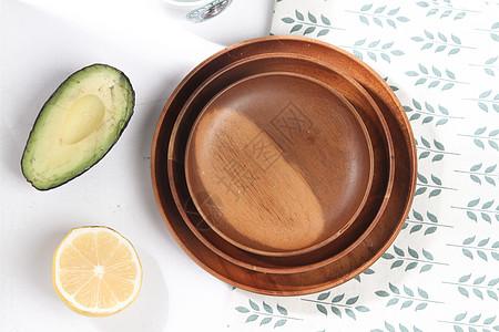 简洁日式木质托盘上的牛油果图片
