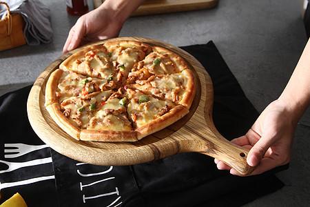 手拿美味美食披萨静物图片