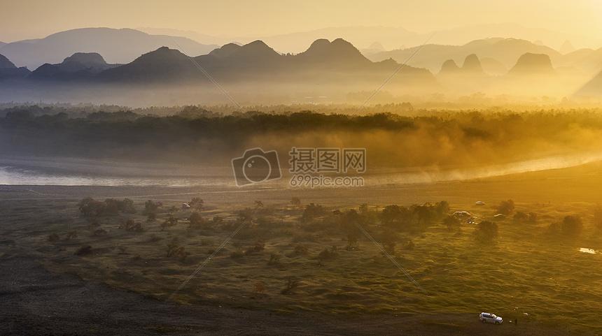 晨雾环绕漓江滩图片