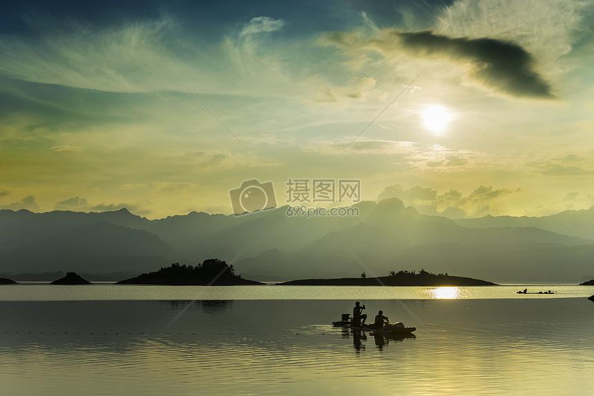 夕阳下的打鱼人图片