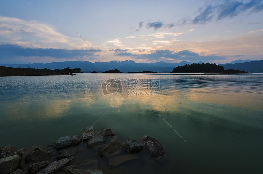 一湖清水映晚霞图片