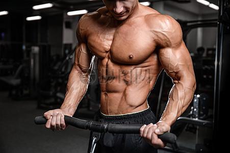 锻炼腹肌中的男人图片