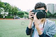拿相机的男孩图片