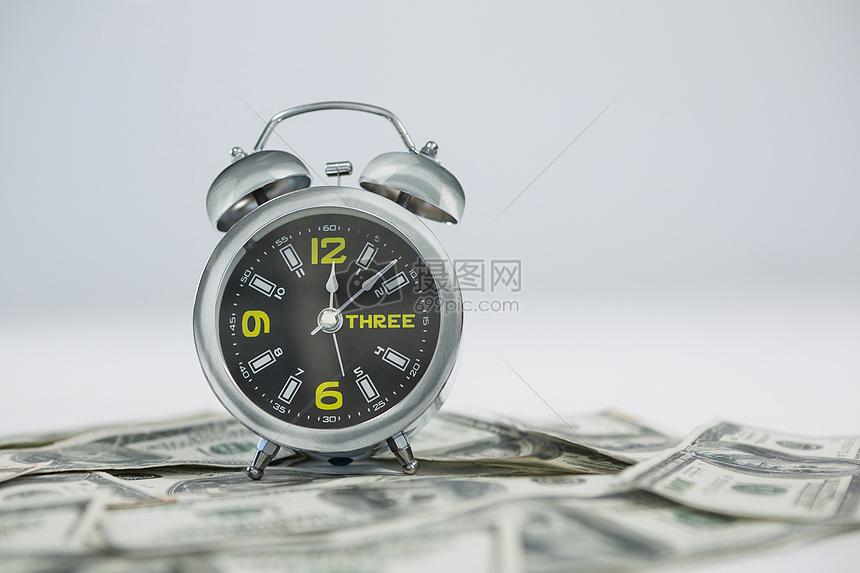 美元上的闹钟图片