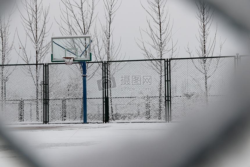 下雪天的篮球场图片