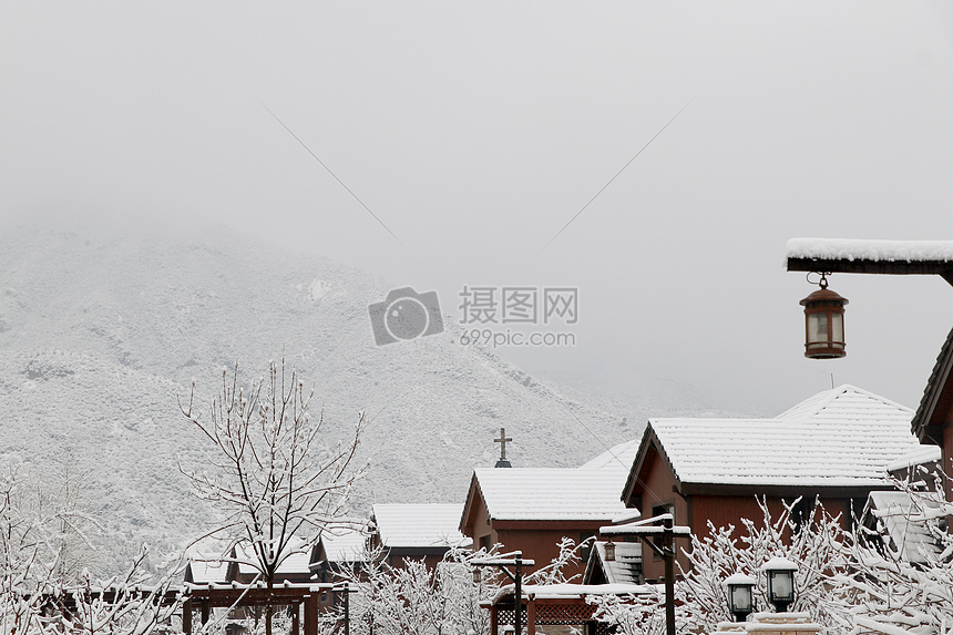 高山及房屋都被大雪笼罩图片
